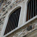 Cornice finestre in Giallo d'Istria giandinato a mano - particolare