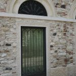 Cornice porta finestra in Giallo d'Istria giandinato a mano
