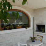 Cornice finestra in Veselye con finitura lucida e rullata, caminetto in marmo Giallo d'Istria