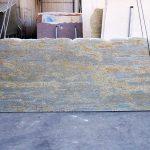 Granito di estrazione Indiana, il Kashmir Gold, lucido, uniforme con venature tendenti al giallo, Ideale per rivestimenti di scale, sale da bagno, terrazze, pavimenti e pareti nonché come piano per cucine.