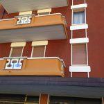 Decori in impasto di Graniglia su parapetto e cornici finestra