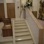 Tabernacolo in scale di Biancone, parapetti e ornamenti in impasto di graniglia ed inserti in marmo Rosa Asiago