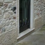 Cornice porta in Giallo d'Istria giandinato a mano - particolare
