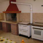 Cucina con rivestimento in Giallo d'Istria anticato – lato camino