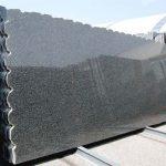 Si tratta di un granito nero originario del Sud Africa che presenta delle tonalità grigie. Può trovare utilizzo sia per realizzazioni interne che esterne.