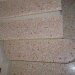 Scala con pedata in Veneziana e alzata in Biancone, finitura lucida e costa toroidale – particolare pedata con testa raggiata