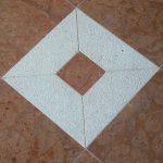 Pavimento in Rosso Asiago anticato con particolare di ammonite in cornice di marmo Giallo d'Istria bocciardato – particolare