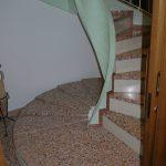 Scala in Veneziana con alzata in marmo Bianco Asiago - particolare inizio scala