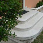 Scala d'ingresso e copertina fioriere in marmo Giallo d'Istria bocciardato